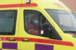 Врач в защитной маске едет в машине скорой помощи