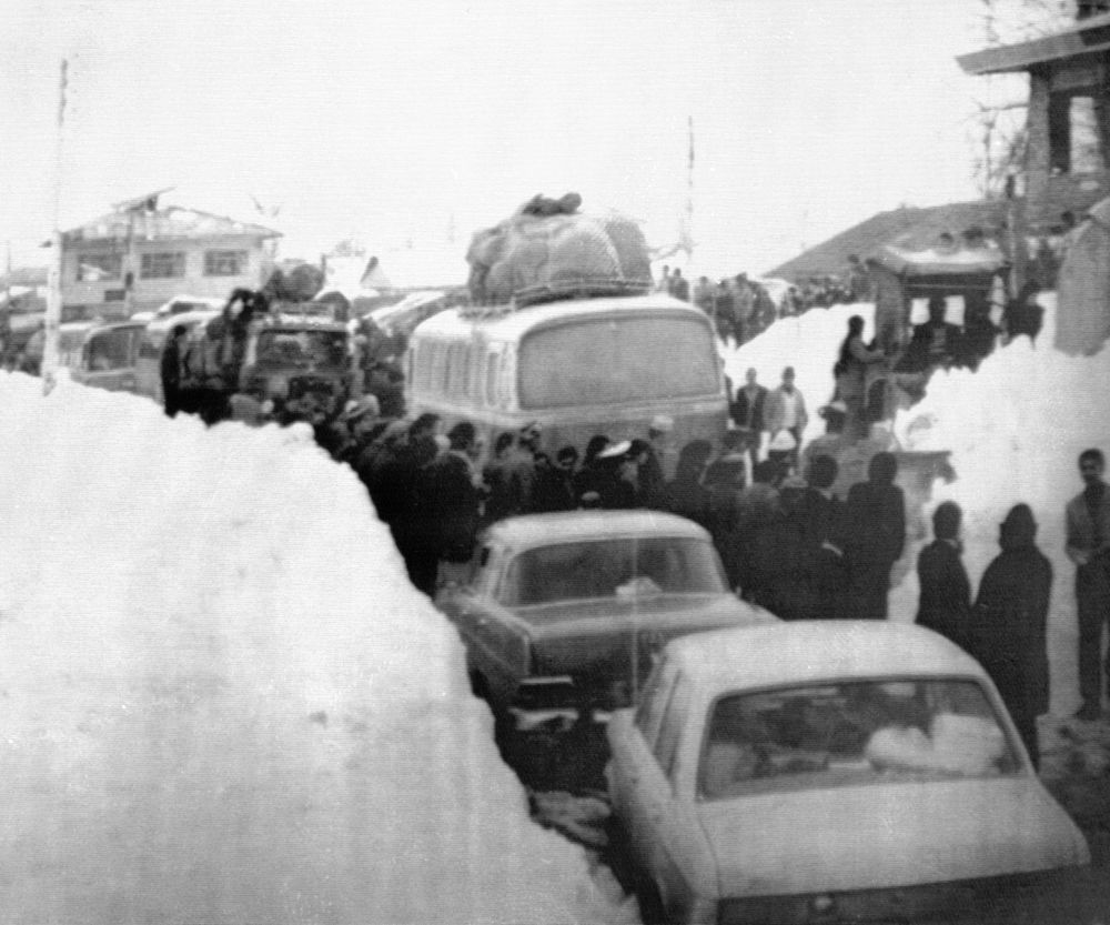 Тегеранда қалың қар жауғаннан кейінгі көшедегі кептеліс, Иран, 1972 жыл.