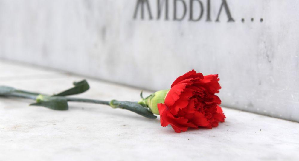 Гвоздика у мемориала памяти жертв политических репрессий, архивное фото
