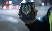 Полицейский предъявляет документы