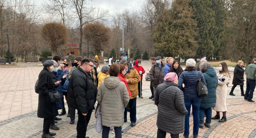 Алматинцы собрались в парке Горького, чтобы выступить против строительства общежития на территории парка для студентов КазНПУ