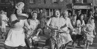 Британдық үй шаруасындағы қыз-келіншектер дәстүрлі құймақ жарысына қатысып жатыр