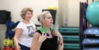 Занятие людей старшего возраста в фитнес-центре