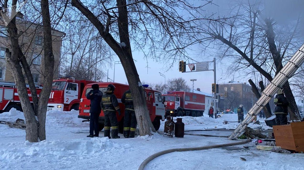 Газовые баллоны рядом с пожарными