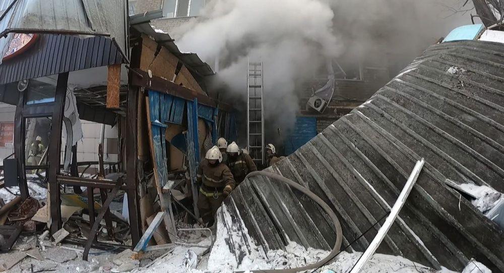 Пожарные разбирают завалы