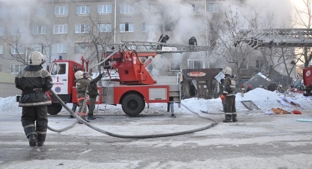 Ликвидация пожара на месте взрыва газа в Петропавловске