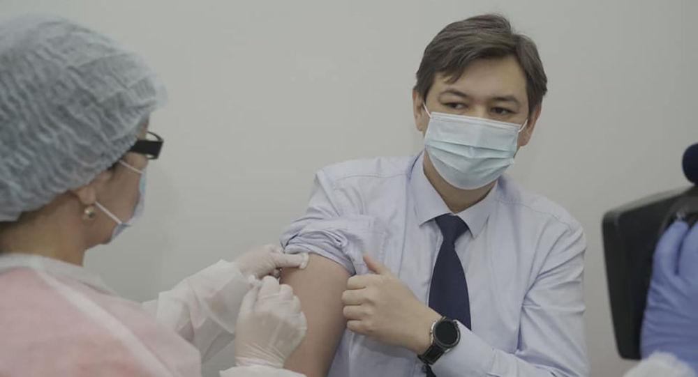 Вице-министр здравоохранения – главный государственный санитарный врач Ерлан Киясов и вице-министр здравоохранения Ажар Гиният получили вторую дозу вакцины от коронавирусной инфекции Спутник V