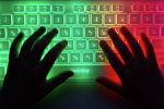 Руки на клавиатуре компьютера