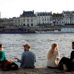 Париж тұрғындары Сена жағалауында романтикалық пикниктер ұйымдастырды