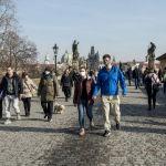 Прагадағы Карлов көпіріндегі жай серуен ашық аспанда күннің жарқырап тұрғаны ерекше көтеріңкі көңіл сыйлайды.
