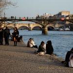 Шуақты көктемнің жылы кешінде париждіктер Сена өзенінің жағасында демалып отыр.