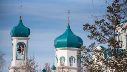 Людей в церковь приезжает много. Не только местные граждане, но и жители других городов.