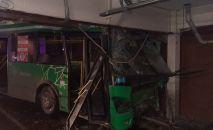 Автобус врезался в стену ТРЦ Мега