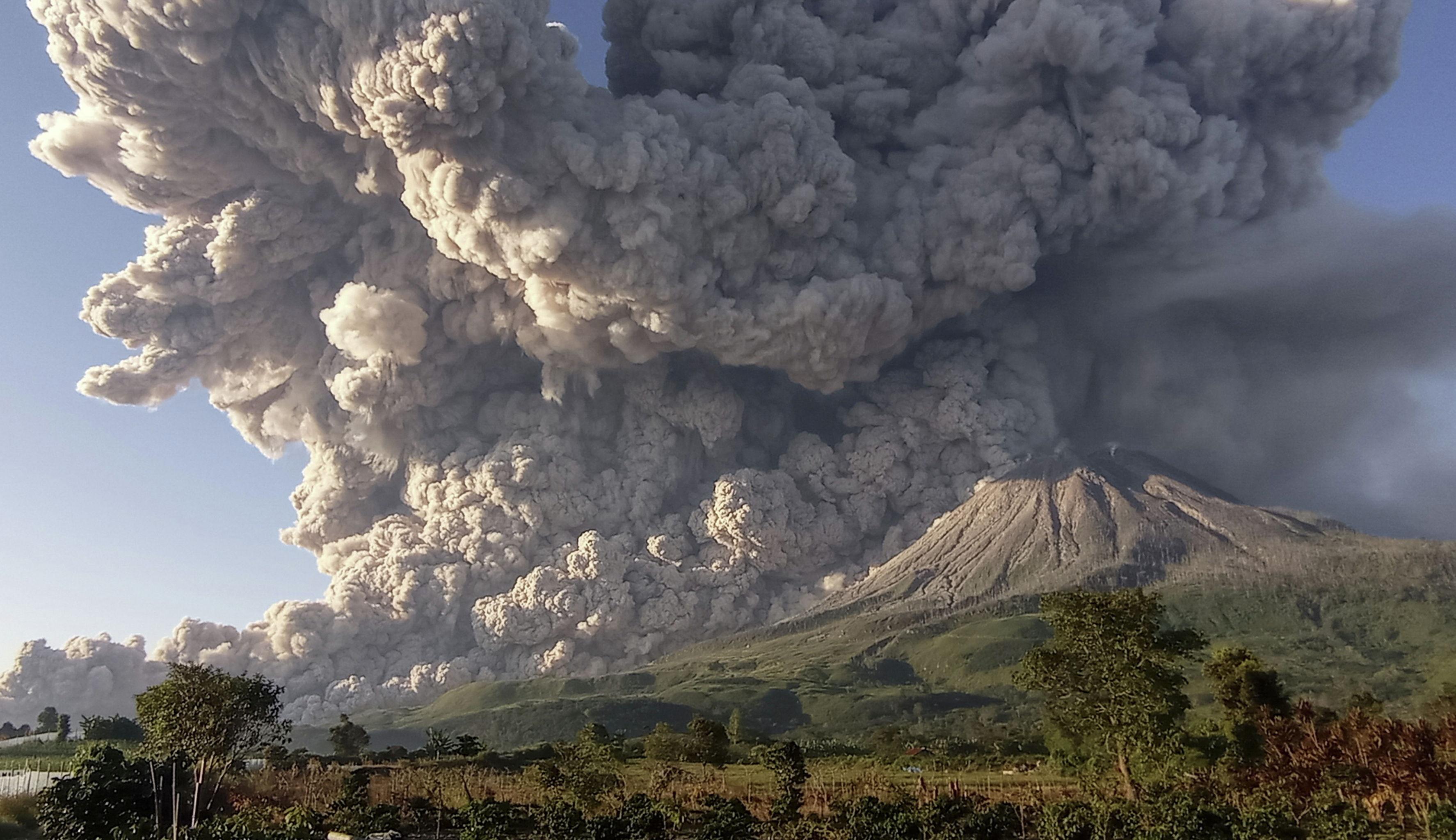 Вулкан Синабунг в Индонезии выбросил столб пепла