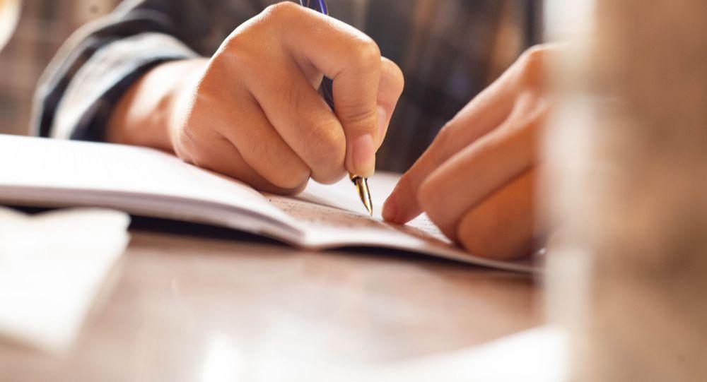Студентка пишет конспект лекции