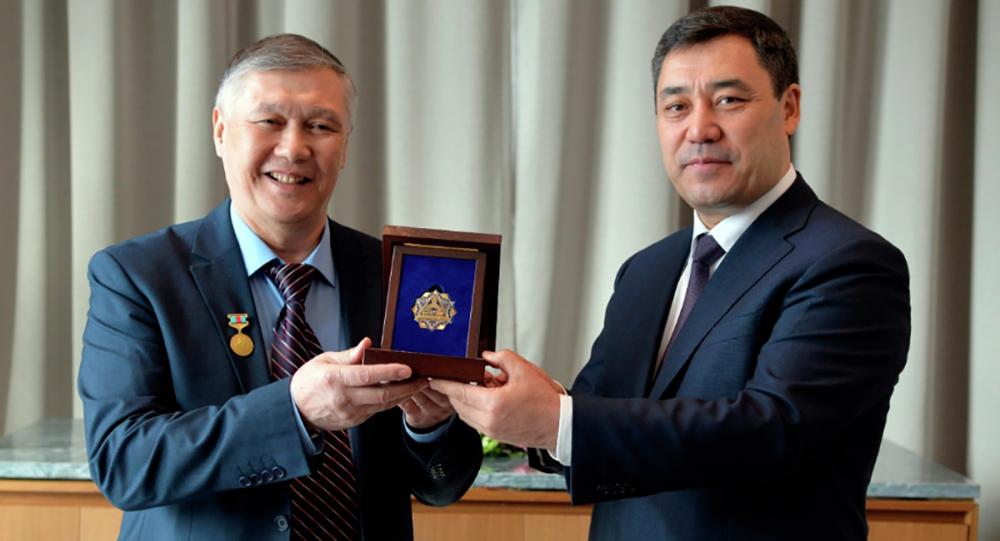 Садыр Жапаров вручил единственному манасчи в Казахстане орден Достук