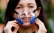 Женщина в прозрачной пластиковой маске против коронавируса