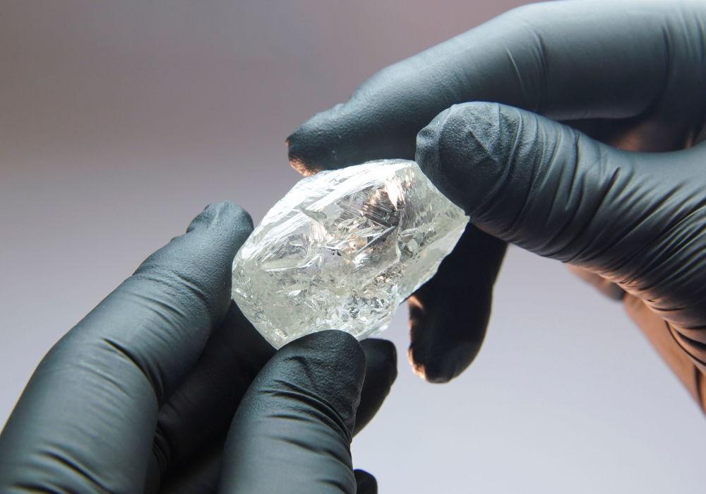 2020 жылдың қарашасында сатылған 13 каратты Раушан елесі атты алқызыл бриллианттың бастапқы салмағы 27 карат болған