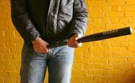 Мужчина с бейсбольной битой