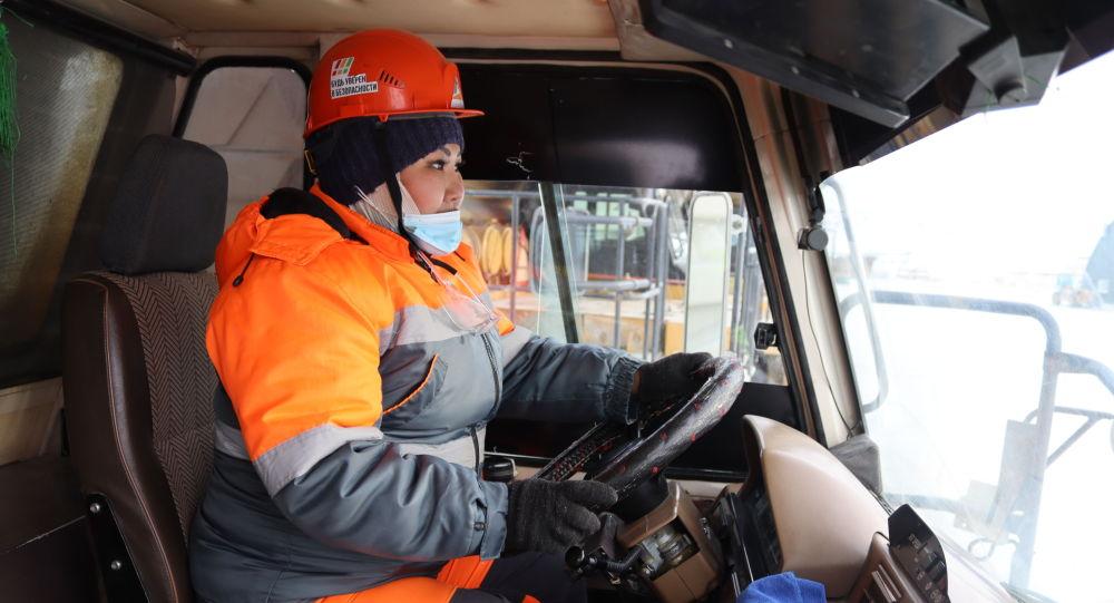 Водитель большегрузной машины Асель Туякова