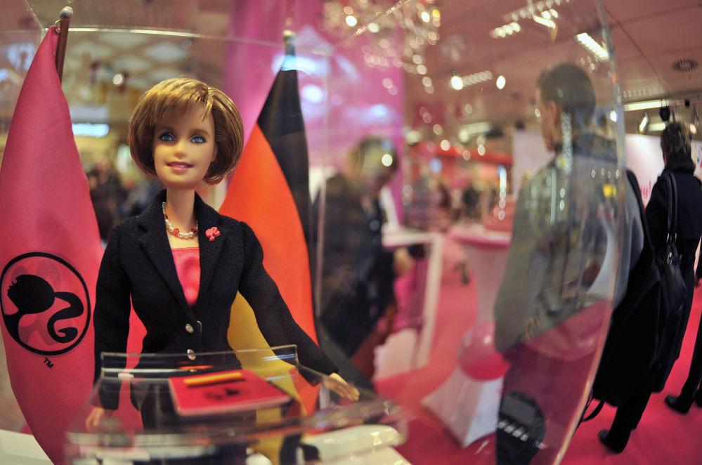 Германия канцлері Ангела Меркельге ұқсас Barbie қуыршағы