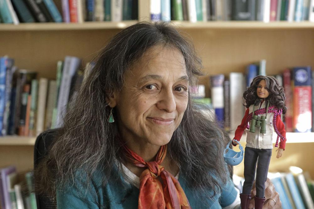 Эколог Налини Надкарни өзіне ұқсатып дайындалған Barbie қуыршағын қолына ұстап отыр