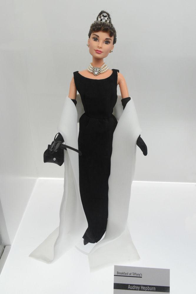 Завтрак и Тиффани фильміндегі актриса Одри Хепберн бейнесінде құрастырылған Barbie қуыршағы.