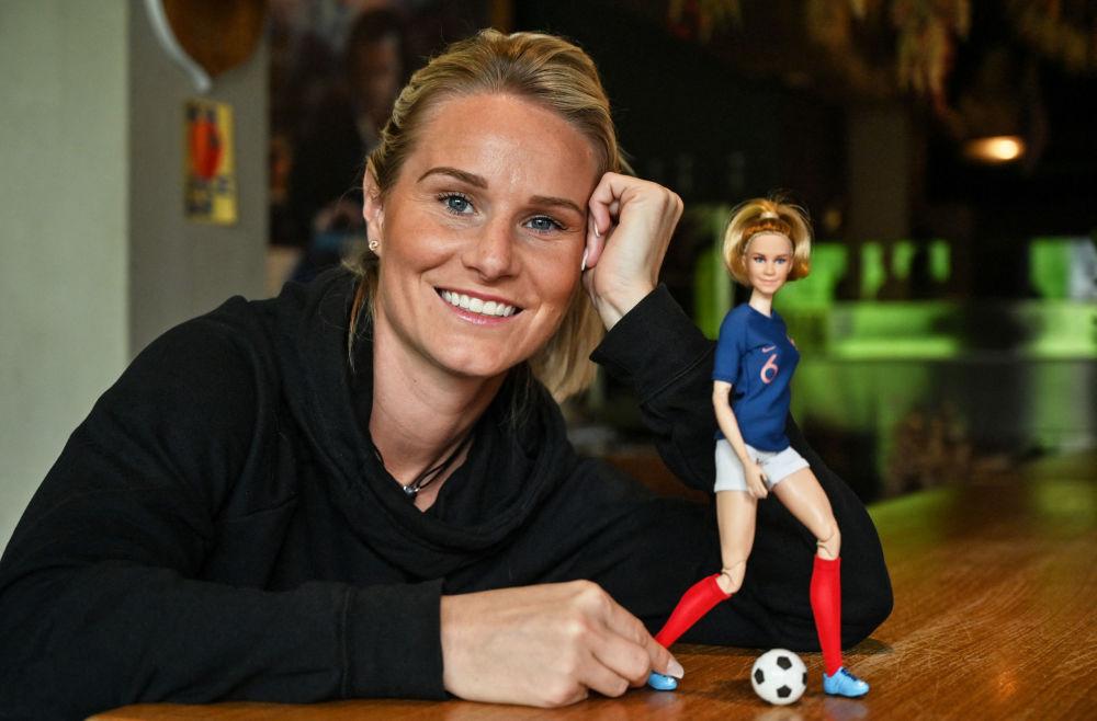 Француз футболшысы Амандин Анри өзінен айнымайтын Barbie қуыршағын ұстап тұр, 2020 жыл.