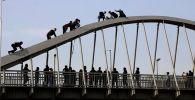 Мужчину сняли с арки моста неравнодушные прохожие