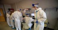Медперсонал на сестринском посту в больнице с коронавирусом