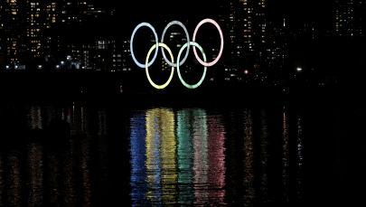 Гигантские светящиеся олимпийские кольца над рекой в Токио