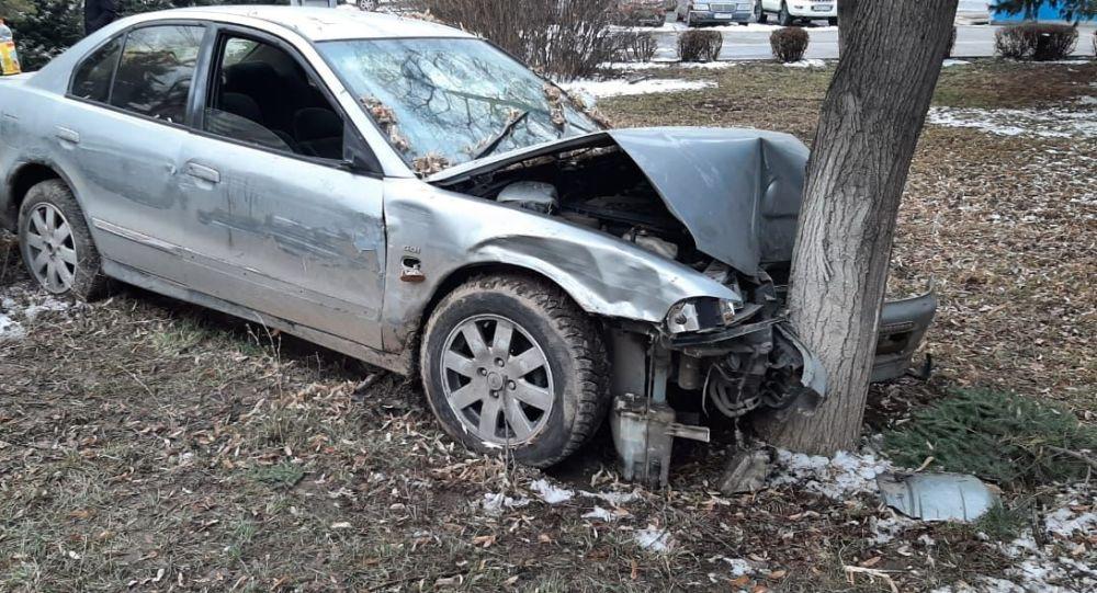 Водитель на пересечении улиц Жандосова-Берегового врезался в дерево