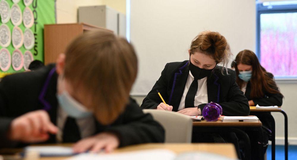 Ученики в масках на уроке в школе