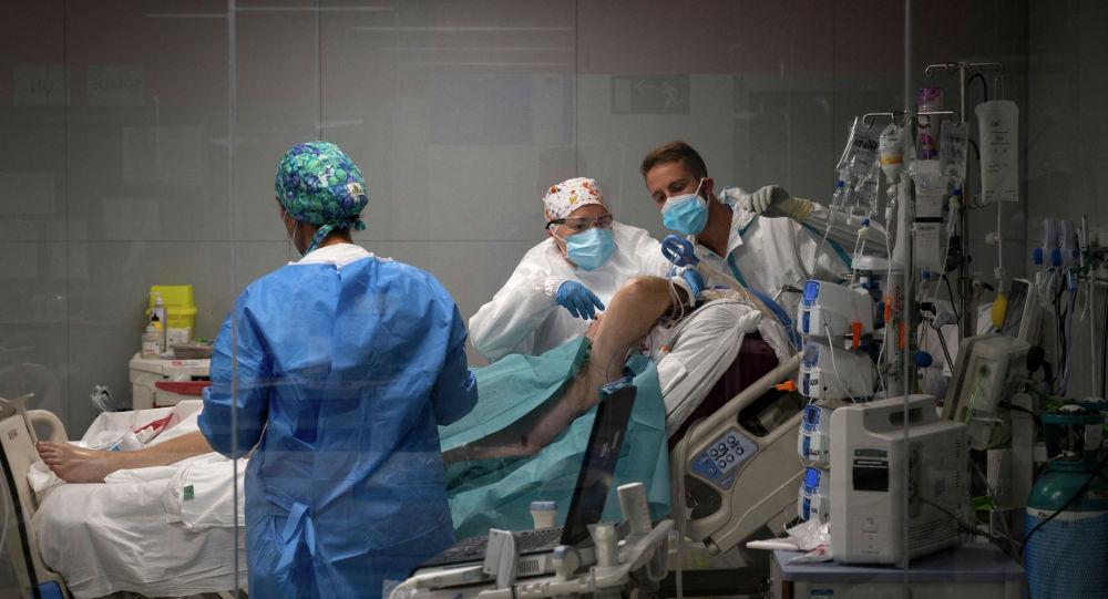 Врачи с пациентом в палате реанимации в больнице с коронавирусом