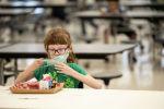 Ребенок в школьной столовой