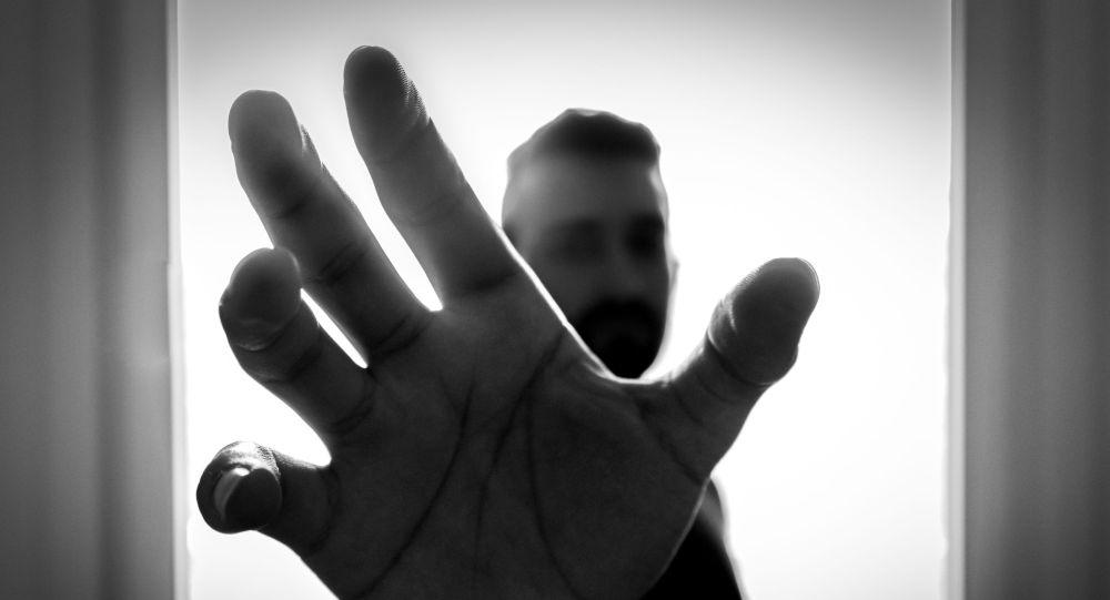 Мужчина тянет руку, чтобы схватить