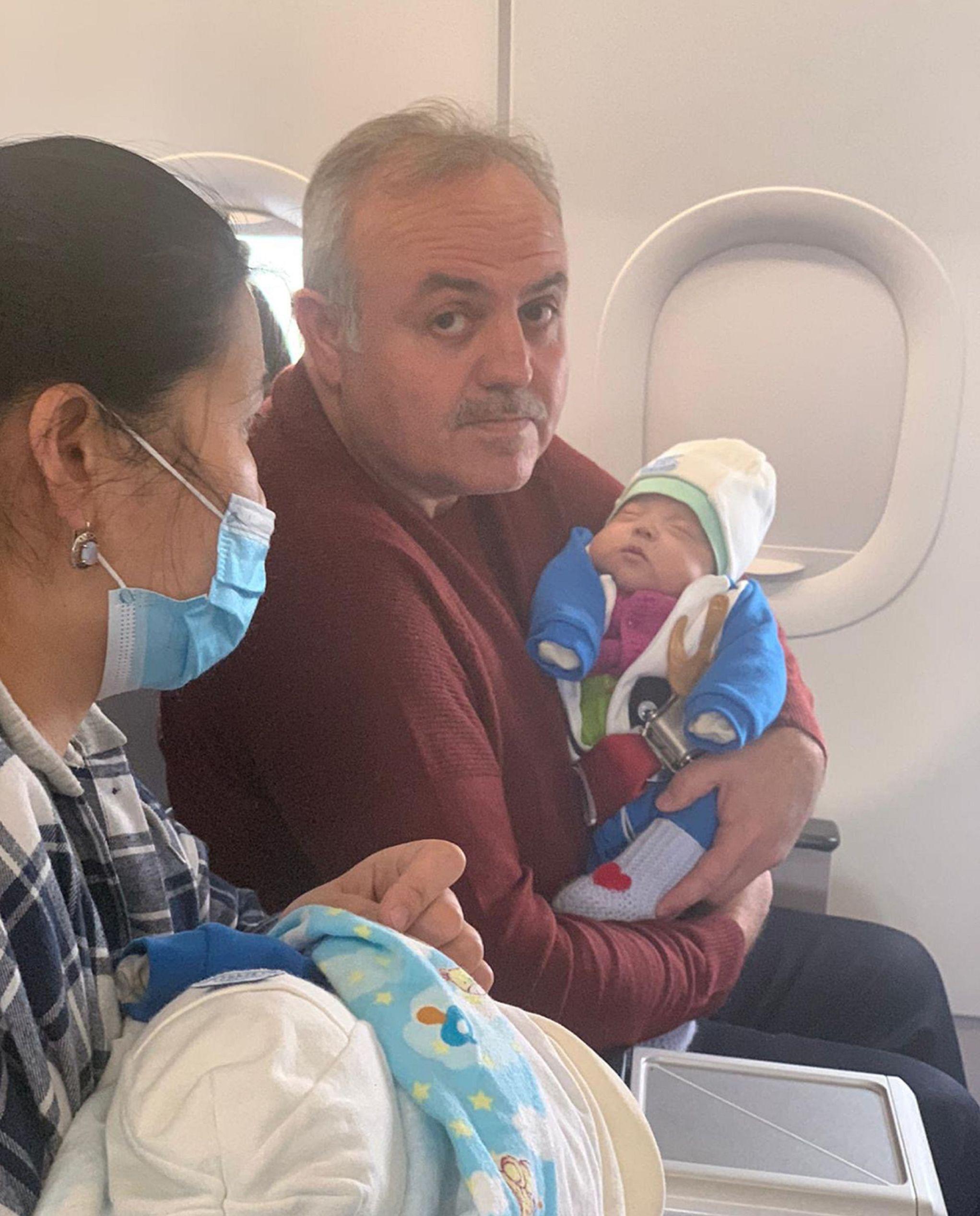 Турецкий депутат и врач Реджеп Шекер оказал в самолете экстренную помощь младенцу