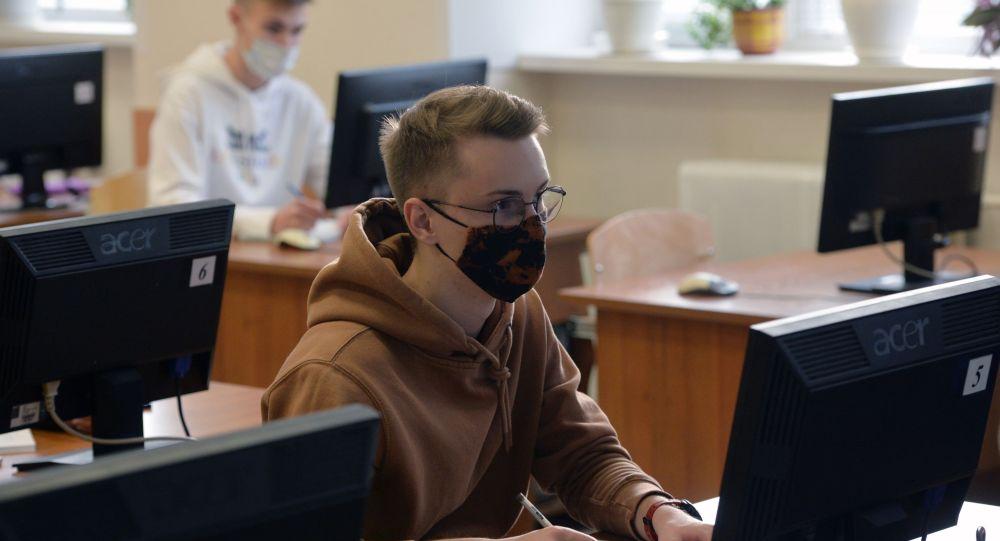 Студенты в защитных масках, архивное фото