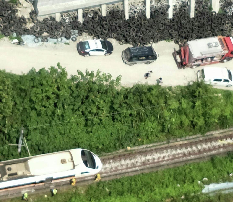 Спасатели возле места частичного схода с рельсов поезда в ущелье Тороко в восточной части Тайваня, в пятницу, 2 апреля 2021 года