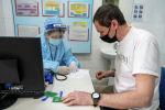 Перед вакцинацией каждого осматривают врачи измеряют температуру, давление, пульс и сатурацию
