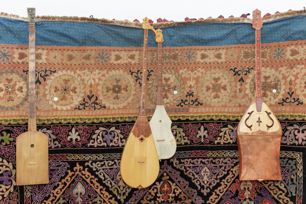 Особый интерес представляет инструмент козсаз, объединенный из двух. Один имеет обычную форму домбры, а другой - усеченную. Он выполнял роль шертера