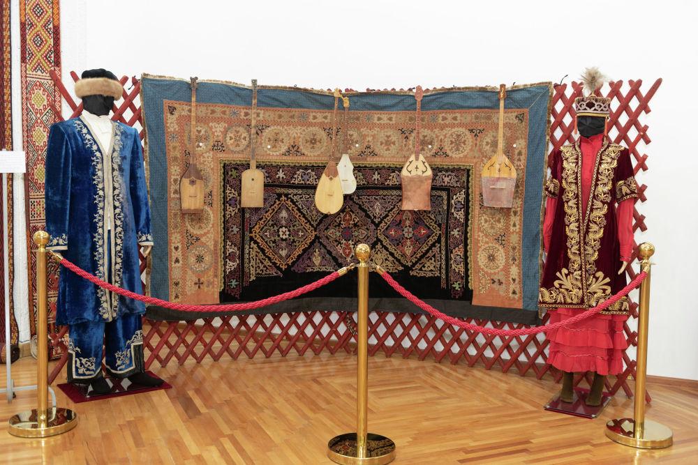 Инсталляция юрты. Здесь представлены несколько разных форм домбры. Они занимали самое почетное место в жилище каждого казаха