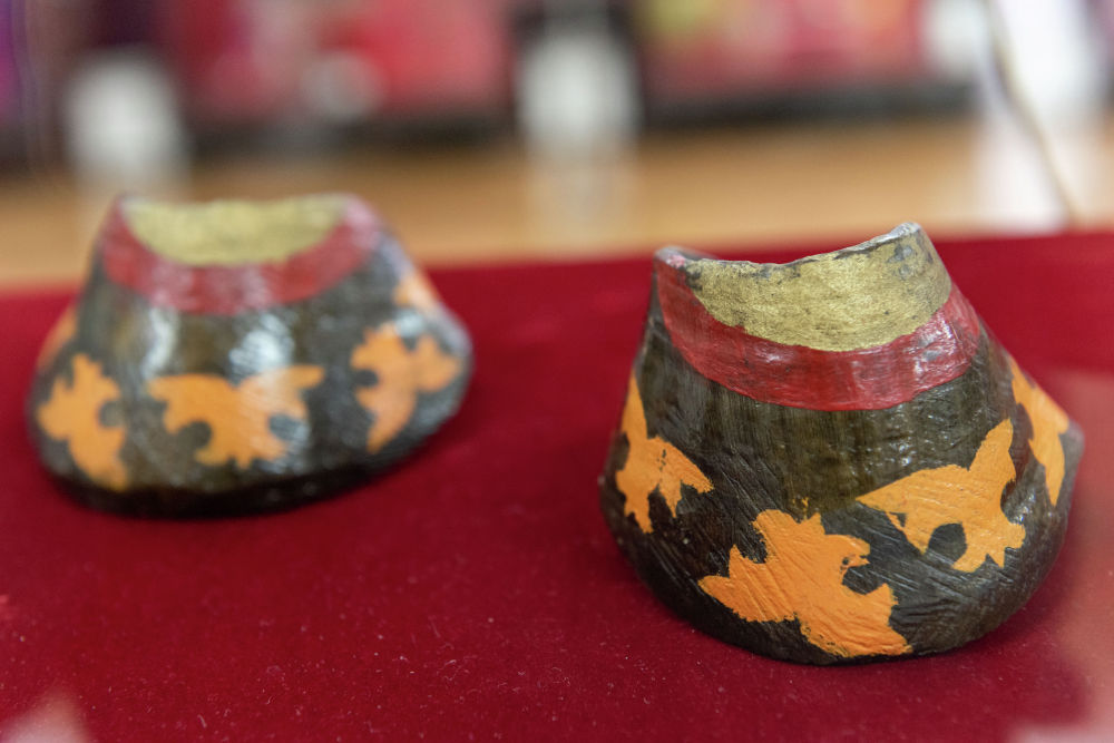 Көрмеге қойылған аспаптың бірі — тұяқтас. Ол сойылған жылқының тұяғынан жасалады