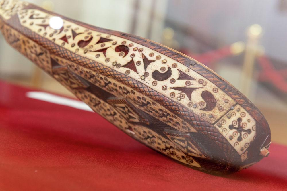Ділдә Алшынбайқызының домбырасы (екінші жағынан түсірілген фото)