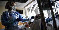 Медик в палате интенсивной терапии в больнице с коронавирусом