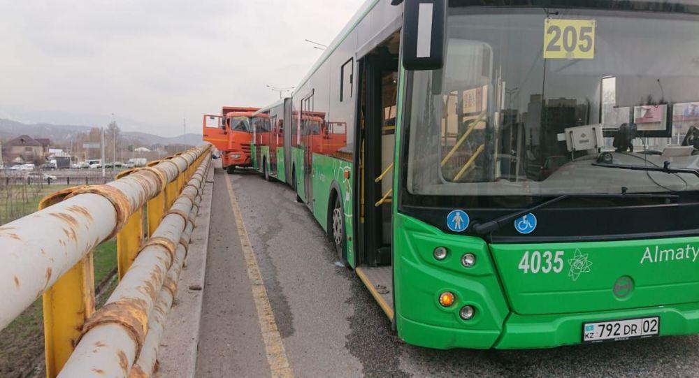 Жол апатына ұшыраған автобус