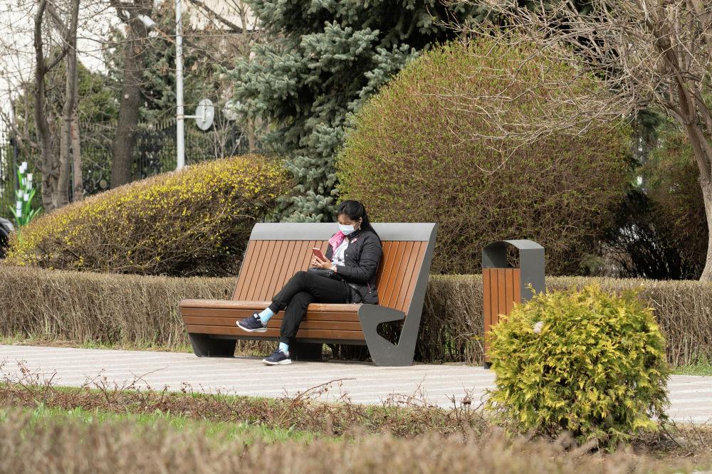 Девушка в парке на скамейке