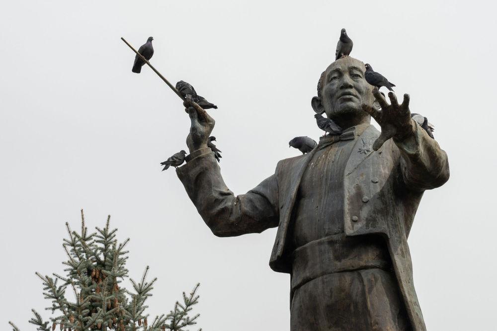 Весна в Алматы. Памятник Нургисе Тлендиеву