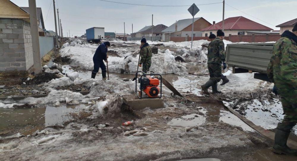 Спасатели откачивают воду близ Нур-Султана