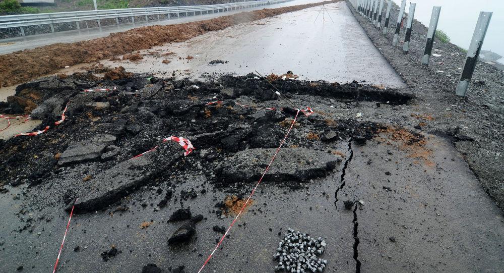 Обрушение дороги, архивное фото
